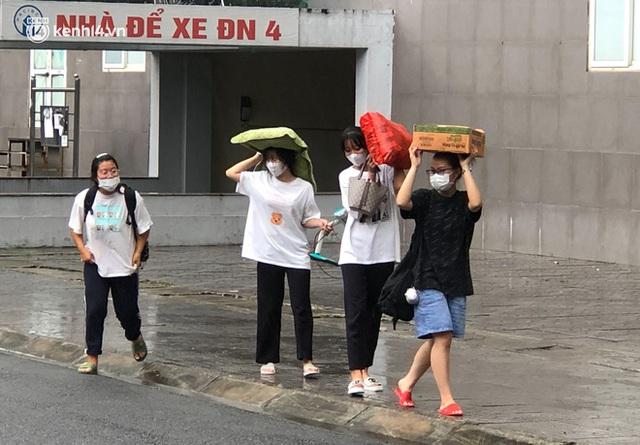 Hà Nội: Hàng trăm sinh viên KTX Mỹ Đình 2 đội mưa chuyển đồ, nhường chỗ cho khu cách ly Covid-19 - Ảnh 4.