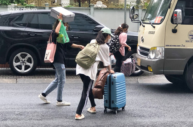 Hà Nội: Hàng trăm sinh viên KTX Mỹ Đình 2 đội mưa chuyển đồ, nhường chỗ cho khu cách ly Covid-19 - Ảnh 5.