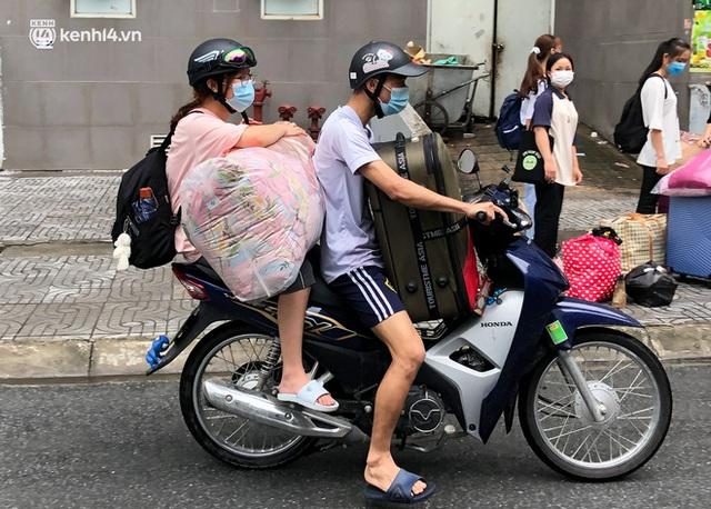 Hà Nội: Hàng trăm sinh viên KTX Mỹ Đình 2 đội mưa chuyển đồ, nhường chỗ cho khu cách ly Covid-19 - Ảnh 7.