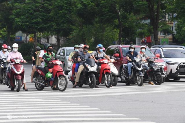Hà Nội ngày đầu giãn cách: Nhân viên một siêu thị đi chợ hộ người dân - Ảnh 2.