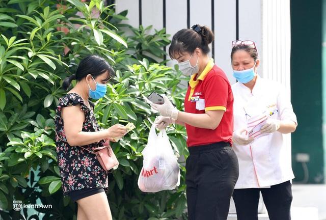 Hà Nội ngày đầu giãn cách: Nhân viên một siêu thị đi chợ hộ người dân - Ảnh 9.