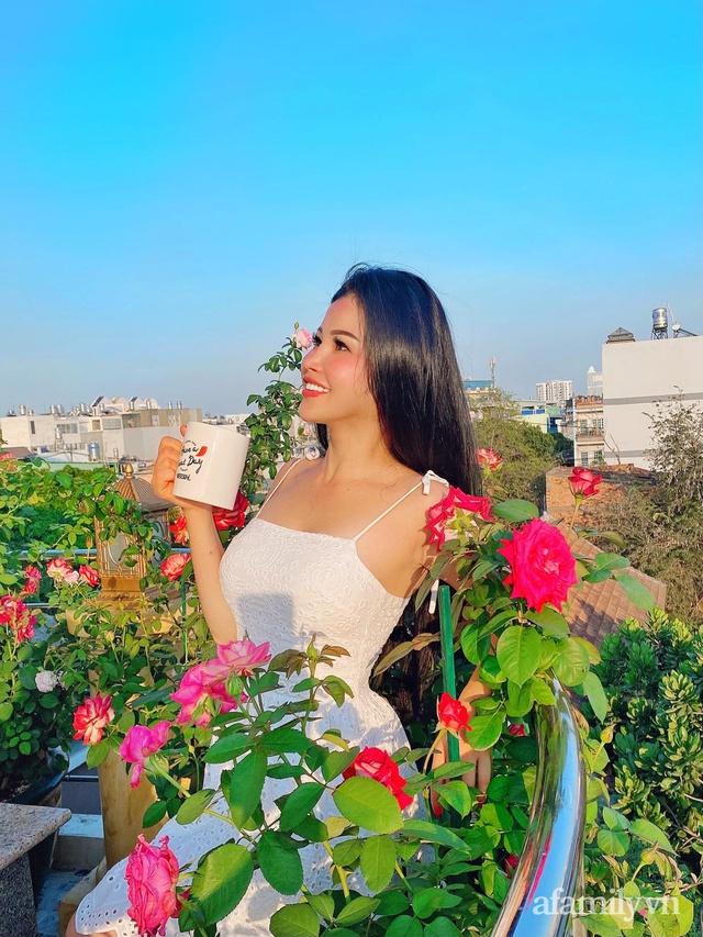 Sân thượng phủ kín hoa hồng và rau quả sạch ở Sài Gòn của Hoa hậu Janny Thủy Trần - Ảnh 1.