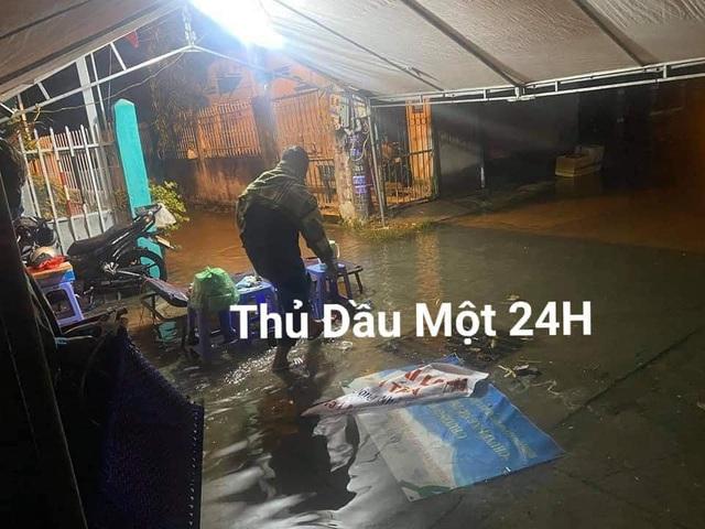 Các cán bộ ngồi co ro trong mưa lạnh, trắng đêm bám trụ tại chốt kiểm dịch: Khoảnh khắc cuối tuần khiến tất cả xót xa - Ảnh 7.