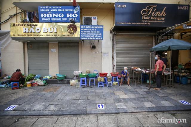 Chợ Hà Nội kẻ vạch 2m giãn cách theo Chỉ thị 16: Xa mặt nhưng không cách lòng - Ảnh 8.