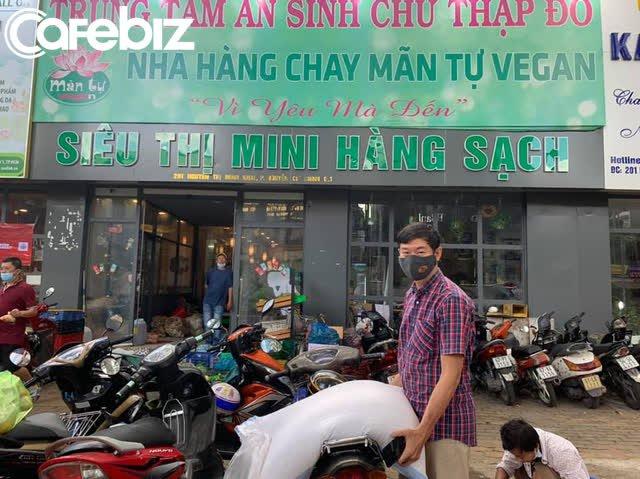 Góc ấm lòng ở Sài Gòn: Bà chủ chuỗi quán chay Mãn Tự mở 'chợ rau' 0 đồng lớn nhất Sài Gòn, mỗi ngày tặng 20 tấn rau & nấu 5-7 ngàn suất ăn - Ảnh 6.