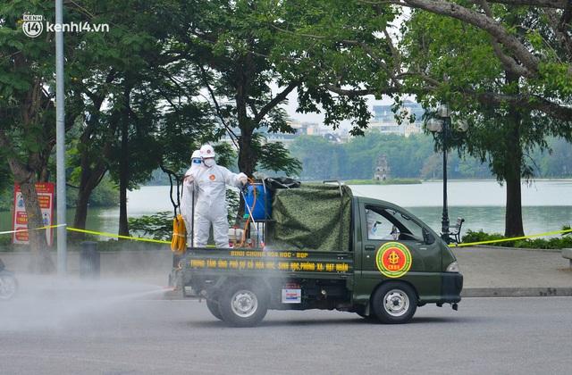 Ảnh: Hàng chục xe chuyên dụng bắt đầu phun khử khuẩn quanh Hồ Gươm và nhiều tuyến phố chính tại Hà Nội - Ảnh 11.