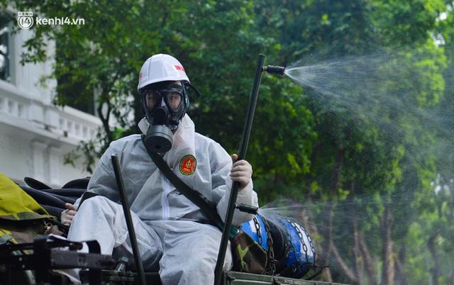 Ảnh: Hàng chục xe chuyên dụng bắt đầu phun khử khuẩn quanh Hồ Gươm và nhiều tuyến phố chính tại Hà Nội - Ảnh 13.