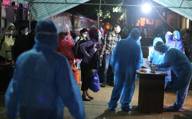 Xúc động đón hơn 800 công dân từ TP.HCM hồi hương về Hà Tĩnh - Ảnh 13.