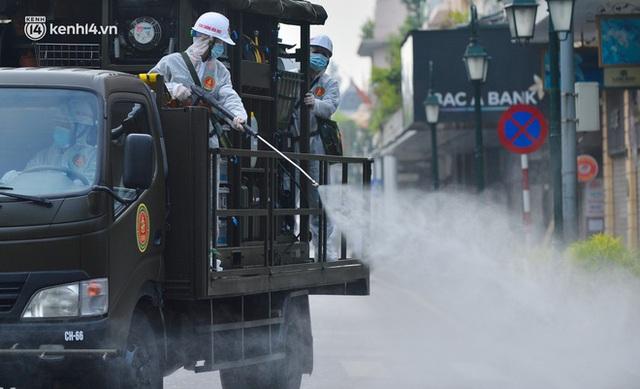 Ảnh: Hàng chục xe chuyên dụng bắt đầu phun khử khuẩn quanh Hồ Gươm và nhiều tuyến phố chính tại Hà Nội - Ảnh 14.