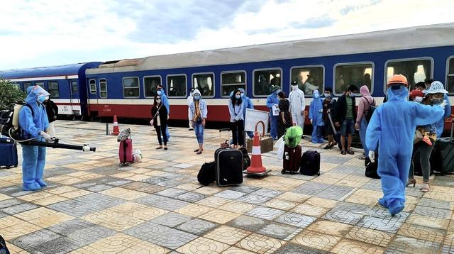 Xúc động đón hơn 800 công dân từ TP.HCM hồi hương về Hà Tĩnh - Ảnh 14.