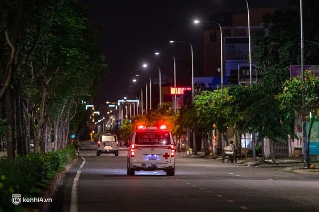 Ảnh: Đường phố Sài Gòn sau 18h vắng lặng như thế nào? - Ảnh 15.