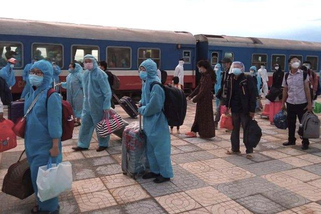 Xúc động đón hơn 800 công dân từ TP.HCM hồi hương về Hà Tĩnh - Ảnh 16.