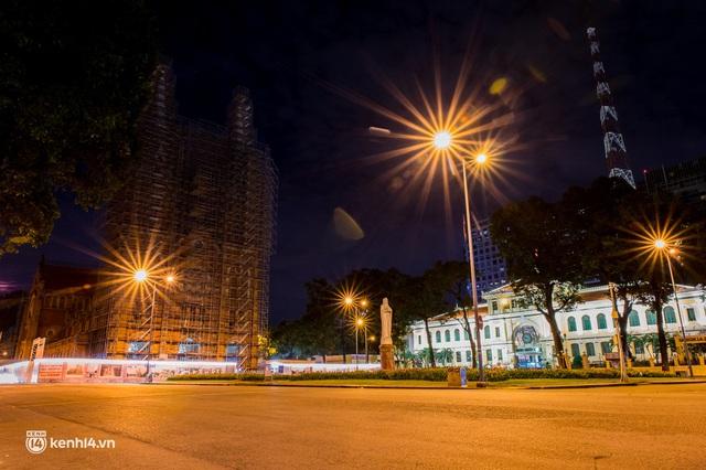 Ảnh: Đường phố Sài Gòn sau 18h vắng lặng như thế nào? - Ảnh 20.