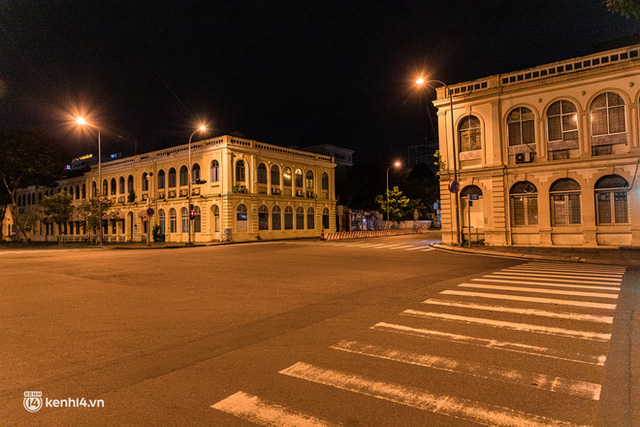 Ảnh: Đường phố Sài Gòn sau 18h vắng lặng như thế nào? - Ảnh 21.
