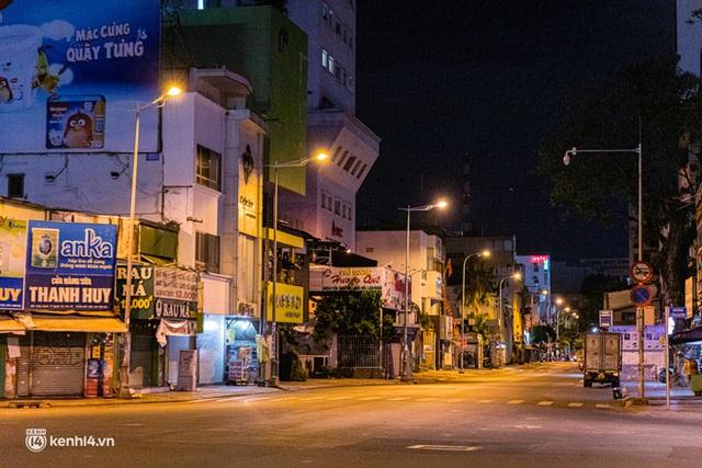 Ảnh: Đường phố Sài Gòn sau 18h vắng lặng như thế nào? - Ảnh 22.