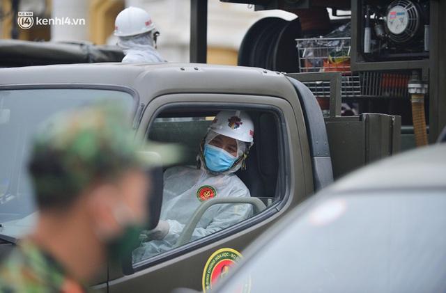 Ảnh: Hàng chục xe chuyên dụng bắt đầu phun khử khuẩn quanh Hồ Gươm và nhiều tuyến phố chính tại Hà Nội - Ảnh 5.