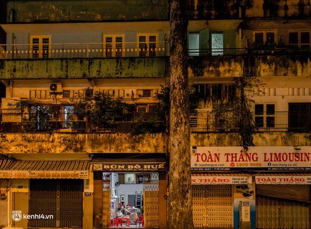Ảnh: Đường phố Sài Gòn sau 18h vắng lặng như thế nào? - Ảnh 7.