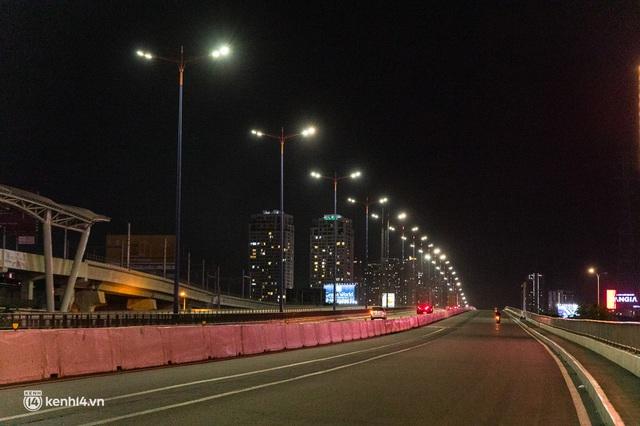 Ảnh: Đường phố Sài Gòn sau 18h vắng lặng như thế nào? - Ảnh 9.