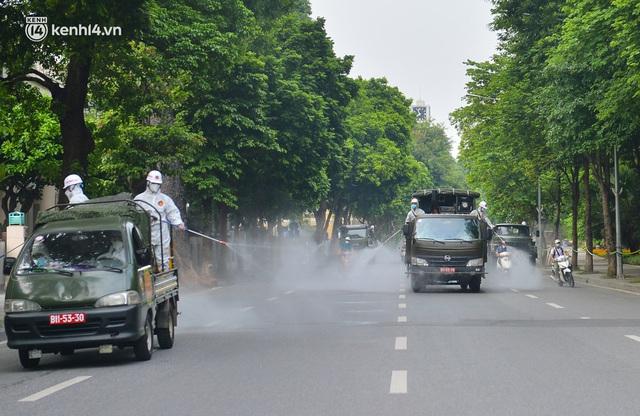 Ảnh: Hàng chục xe chuyên dụng bắt đầu phun khử khuẩn quanh Hồ Gươm và nhiều tuyến phố chính tại Hà Nội - Ảnh 9.