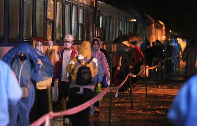Xúc động đón hơn 800 công dân từ TP.HCM hồi hương về Hà Tĩnh - Ảnh 9.