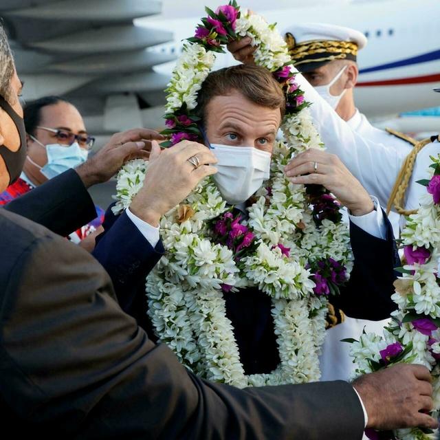 Khoảnh khắc hot nhất hôm nay: Tổng thống Pháp bất đắc dĩ thành cây hoa di động, nét mặt của ông càng gây chú ý - Ảnh 4.