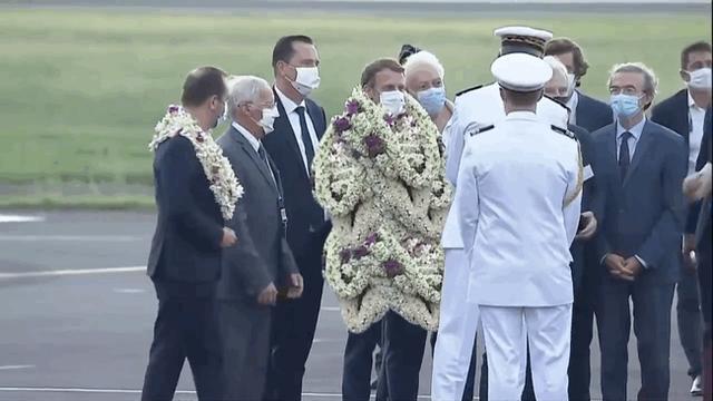 Khoảnh khắc hot nhất hôm nay: Tổng thống Pháp bất đắc dĩ thành cây hoa di động, nét mặt của ông càng gây chú ý - Ảnh 7.