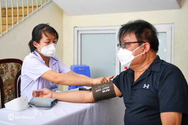 Ảnh: Hà Nội bắt đầu chiến dịch tiêm vắc xin Covid-19 cho người dân trên diện rộng - Ảnh 7.