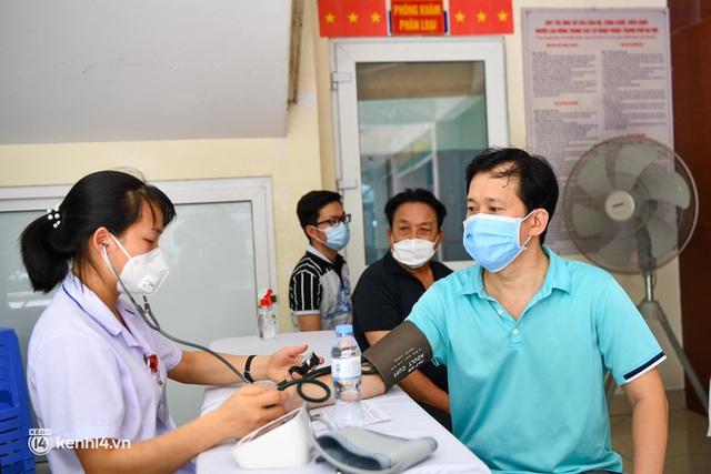 Ảnh: Hà Nội bắt đầu chiến dịch tiêm vắc xin Covid-19 cho người dân trên diện rộng - Ảnh 8.