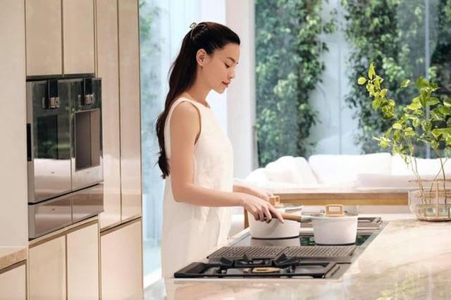 Hồ Ngọc Hà khoe biệt thự mới 30 tỷ đồng: Nội thất căn bếp hàng trăm triệu đồng, góc nào trong nhà cũng xịn như studio - Ảnh 8.