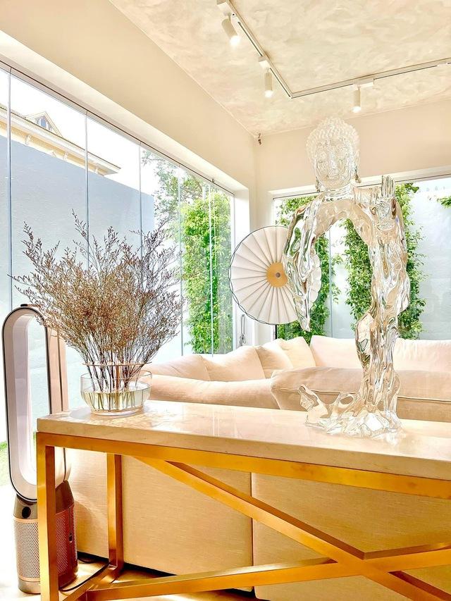 Hồ Ngọc Hà khoe biệt thự mới 30 tỷ đồng: Nội thất căn bếp hàng trăm triệu đồng, góc nào trong nhà cũng xịn như studio - Ảnh 3.