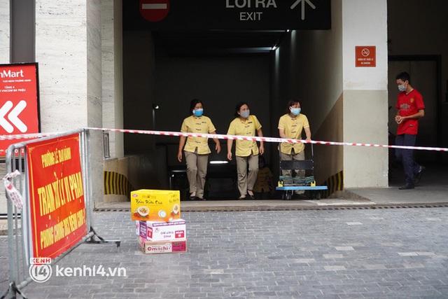 NÓNG: Đang phong toả Vincom Bà Triệu, truy vết khẩn cấp liên quan bảo vệ nghi nhiễm Covid-19 - Ảnh 2.