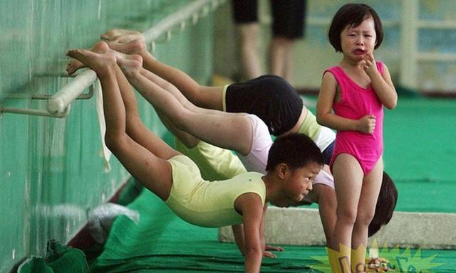 Giấc mơ vô địch Olympic của những đứa trẻ ở lò đào tạo thể thao Trung Quốc: Đánh đổi tuổi thơ bằng máu, mồ hôi và nước mắt  - Ảnh 3.