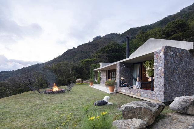 Ngôi nhà nằm giữa núi đồi, dùng điện mặt trời và uống nước suối - Ảnh 1.