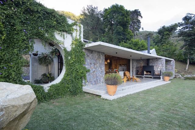 Ngôi nhà nằm giữa núi đồi, dùng điện mặt trời và uống nước suối - Ảnh 2.