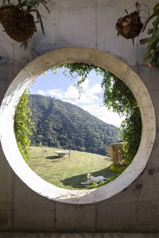 Ngôi nhà nằm giữa núi đồi, dùng điện mặt trời và uống nước suối - Ảnh 6.