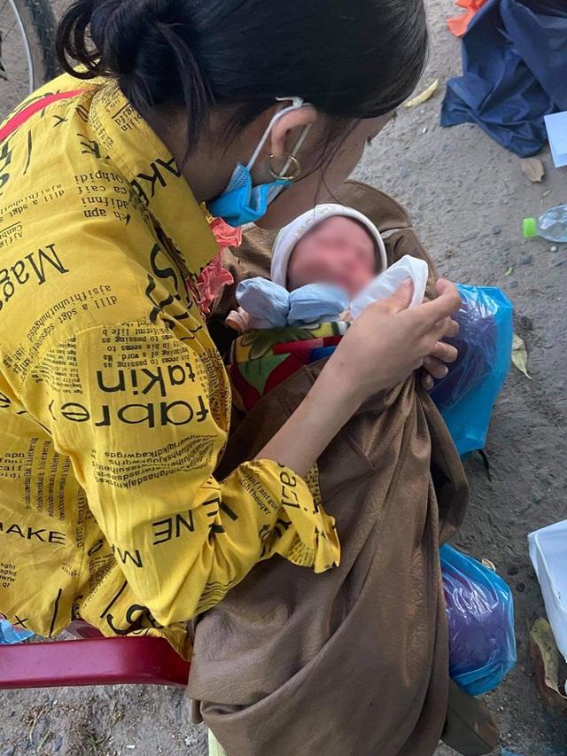 Thương cháu bé 9 ngày tuổi cùng bố mẹ vượt hơn 1.000km từ Bình Dương về quê tránh dịch trên chiếc xe máy cà tàng - Ảnh 1.