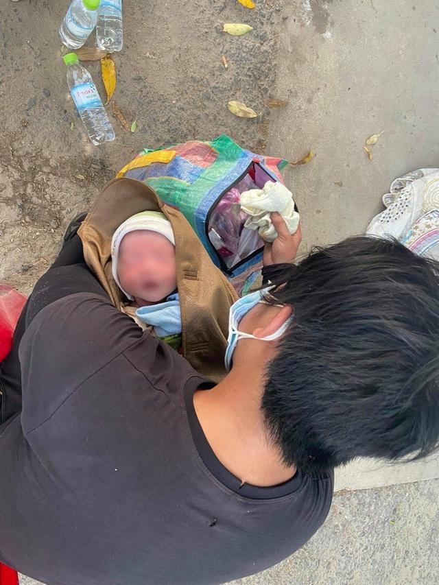 Thương cháu bé 9 ngày tuổi cùng bố mẹ vượt hơn 1.000km từ Bình Dương về quê tránh dịch trên chiếc xe máy cà tàng - Ảnh 2.