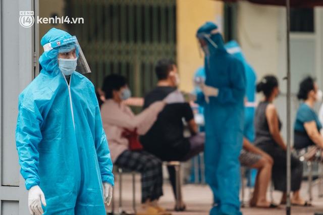 Ảnh, clip: Hà Nội thần tốc xét nghiệm Covid-19 cho 30.000 người dân tại quận Hai Bà Trưng - Ảnh 16.
