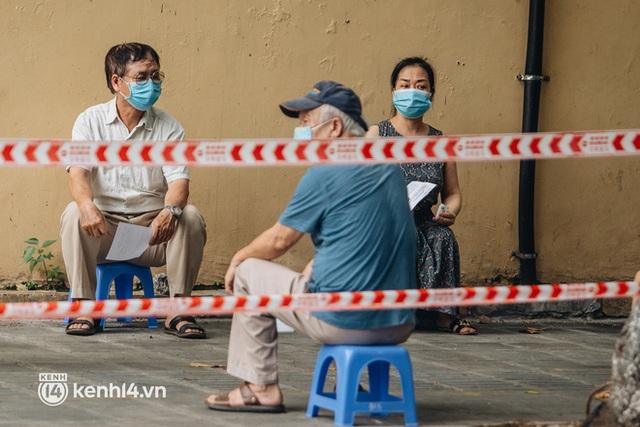 Ảnh, clip: Hà Nội thần tốc xét nghiệm Covid-19 cho 30.000 người dân tại quận Hai Bà Trưng - Ảnh 6.