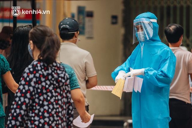 Ảnh, clip: Hà Nội thần tốc xét nghiệm Covid-19 cho 30.000 người dân tại quận Hai Bà Trưng - Ảnh 8.