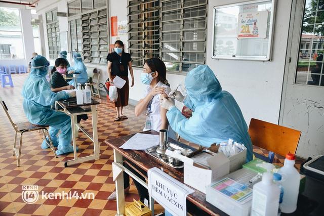 Thần tốc tiêm vaccine đại trà cho người dân ở TP.HCM - Ảnh 10.