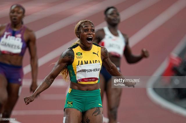 Nữ hoàng tốc độ Jamaica lấy bình luận tiêu cực làm năng lượng, phá kỷ lục 33 năm của điền kinh Olympic - Ảnh 2.