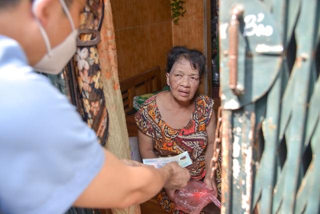 Gã bác sĩ nhổ răng miễn phí, tay lái xe xăm trổ, chủ tiệm bánh mì chưa kịp khai trương và liều thuốc giảm đau cho Hà Nội - Ảnh 9.