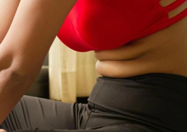 5 thói quen tai hại khiến mỡ bụng ngày càng dày lên, đặc biệt việc số 2 rất nhiều phụ nữ ăn kiêng mắc phải  - Ảnh 1.