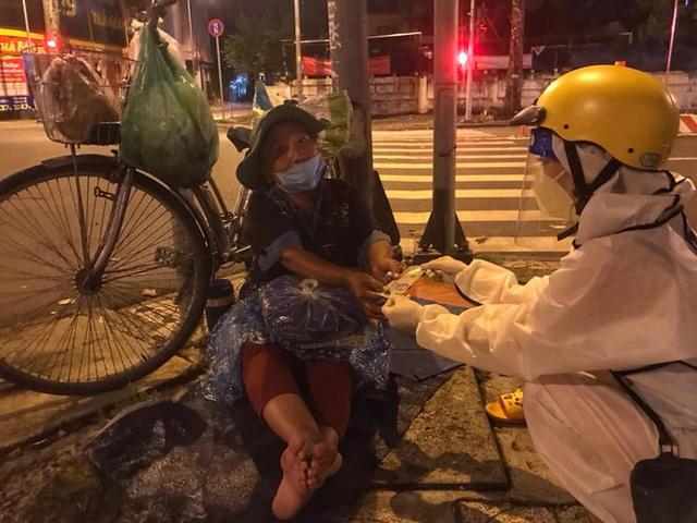 Bộ ảnh về người vô gia cư lay lắt trong đêm Sài Gòn giãn cách và những điều ấm áp nhỏ bé khiến ai cũng rưng rưng - Ảnh 11.