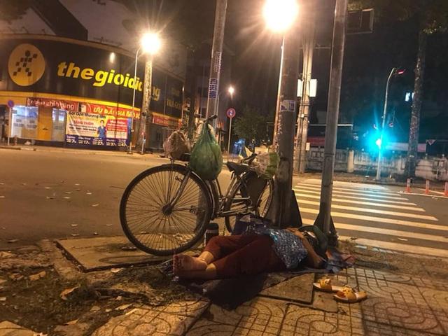 Bộ ảnh về người vô gia cư lay lắt trong đêm Sài Gòn giãn cách và những điều ấm áp nhỏ bé khiến ai cũng rưng rưng - Ảnh 12.