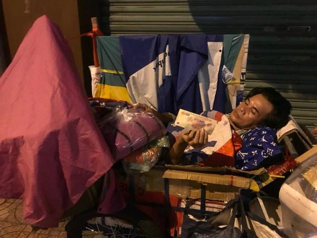 Bộ ảnh về người vô gia cư lay lắt trong đêm Sài Gòn giãn cách và những điều ấm áp nhỏ bé khiến ai cũng rưng rưng - Ảnh 16.