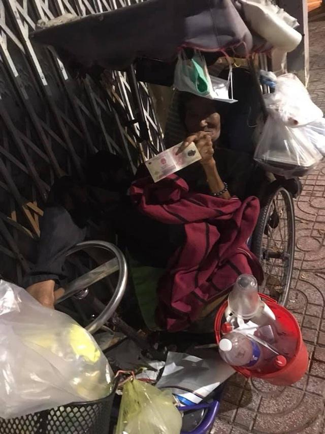 Bộ ảnh về người vô gia cư lay lắt trong đêm Sài Gòn giãn cách và những điều ấm áp nhỏ bé khiến ai cũng rưng rưng - Ảnh 17.