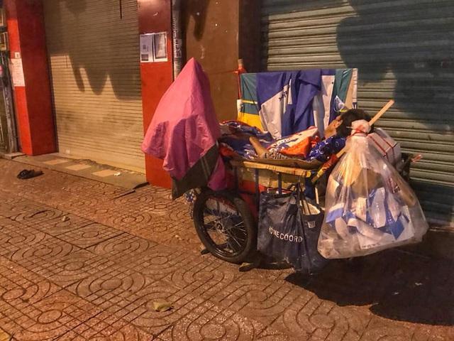 Bộ ảnh về người vô gia cư lay lắt trong đêm Sài Gòn giãn cách và những điều ấm áp nhỏ bé khiến ai cũng rưng rưng - Ảnh 3.