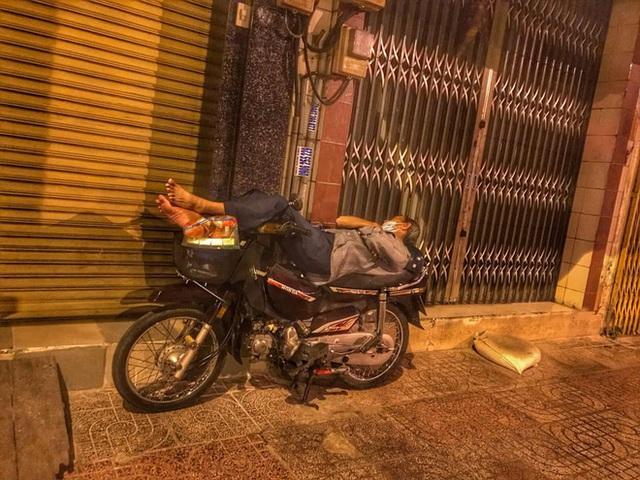 Bộ ảnh về người vô gia cư lay lắt trong đêm Sài Gòn giãn cách và những điều ấm áp nhỏ bé khiến ai cũng rưng rưng - Ảnh 4.